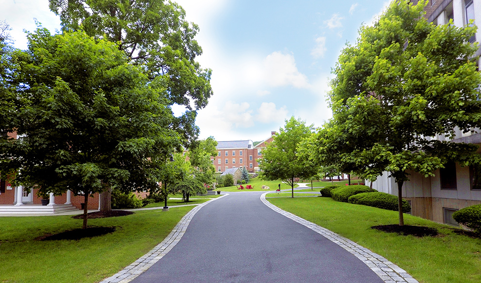 photo of walkway between Selwyn Hall and the Admin building